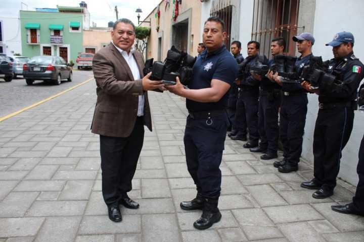 Eloy Reyes dota de uniformes a 34 policías municipales