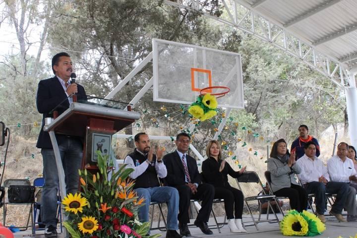 Villarreal Chairez entregó techumbre en San José Tepoxtla