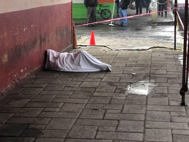 Muere sujeto al lado del mercado Guadalupe en Apizaco