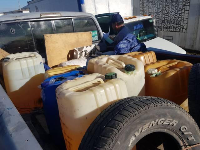 Huachicoleros abandonan camioneta con bidones de hidrocarburo robado
