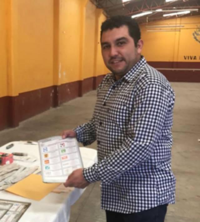 Alcalde de Calpulalpan acudió a la comunidad de San Marcos a emitir su voto