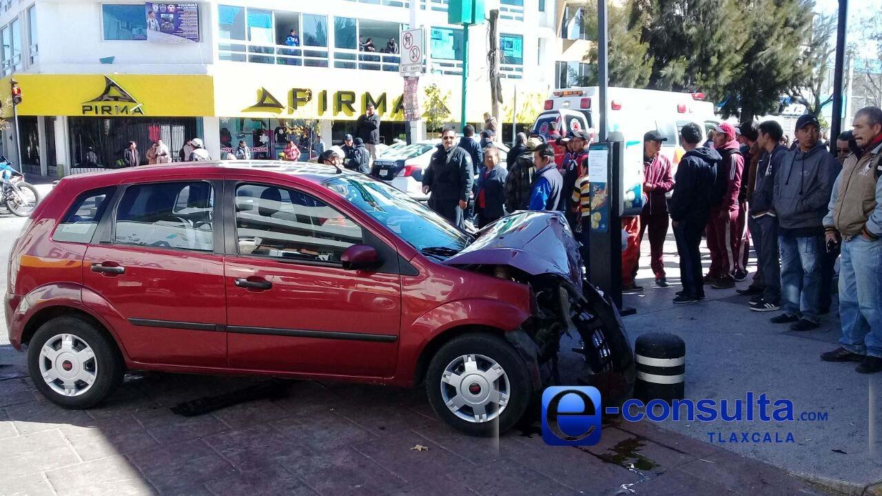 Vehículo impacta a ambulancia y la hace volcar en Apizaco
