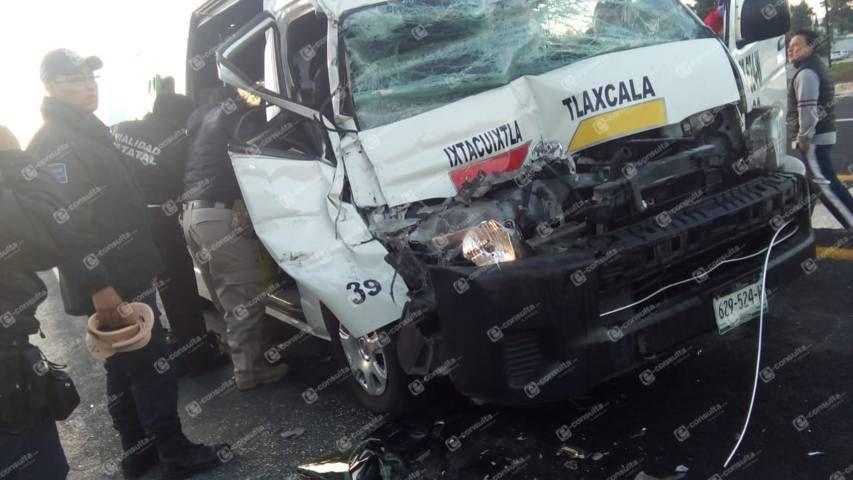 Accidente entre colectiva de Ixtacuixtla y tráiler deja 5 pasajeros lesionados en la autopista