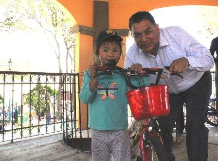 Festeja el edil Eloy Reyes a niños y ñiñas de Apetatitlán