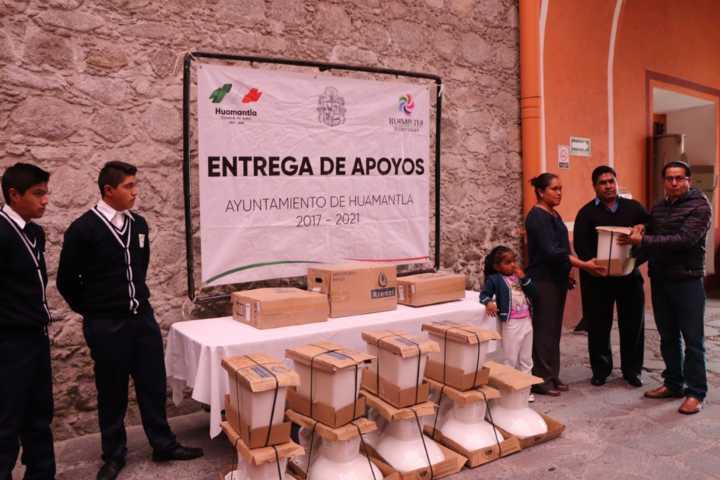Alcalde entrega apoyos a 2 escuelas y población para que mejoren su calidad de vida