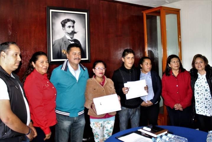 Alcalde e Itea entregan certificados de secundaria a adultos