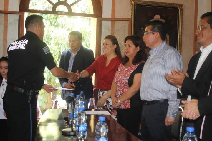 Entregan certificados de inglés a elementos de la Policía Turística
