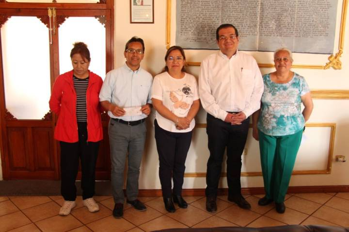 Alcalde apoya las tradiciones de adornar la calle del paso de la Virgen de la Caridad