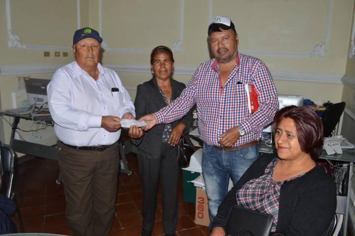 Alcalde entrega dos apoyos económicos a la comunidad de San José Xicohténcatl