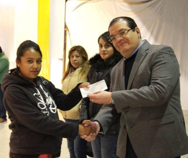 Con estos cheques de empleo temporal apoyamos la economía familiar: alcalde