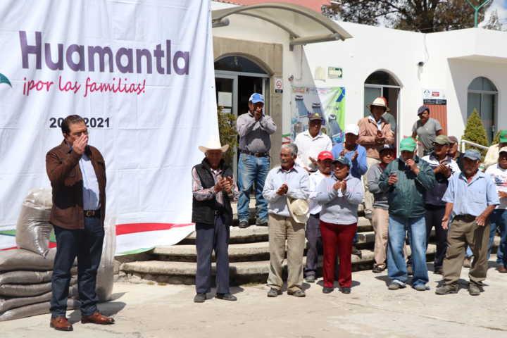 Este fertilizante impulsa a los campesinos que continúen con su siembra: alcalde