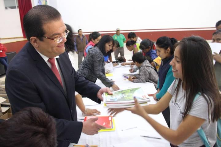 Alcalde apoya la economía familiar entregando útiles escolares