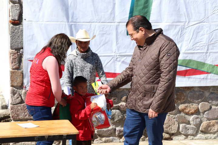 Sánchez Jasso apoya la economía de 70 familias con fertilizantes gratuito