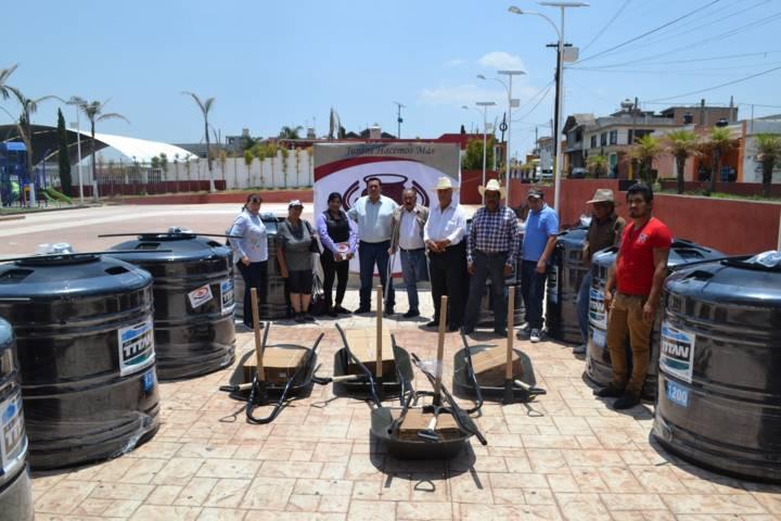 Entrega gobierno municipal de Tzompantepec tinacos y carretillas