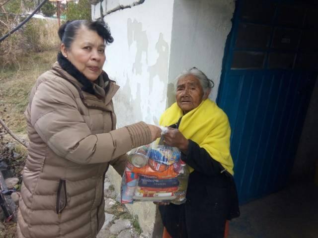 Entrega Eloy Reyes despensas a familias vulnerables de Apetatitlán