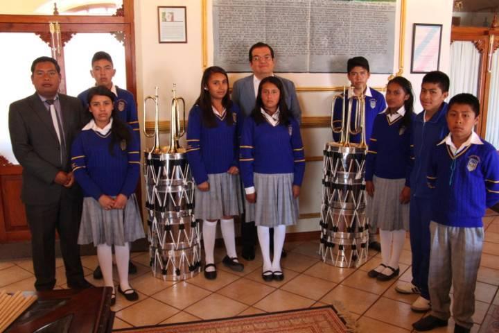 Alcalde fomenta actividades escolares de la banda de guerra