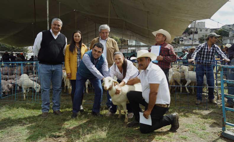 Alcalde de Calpulalpan entrega apoyos por casi 4 mdp en beneficio de campesinos