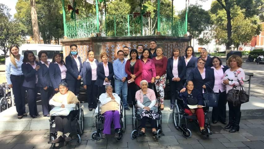 Entrega alcaldesa capitalina 50 sillas de ruedas a familias pobres