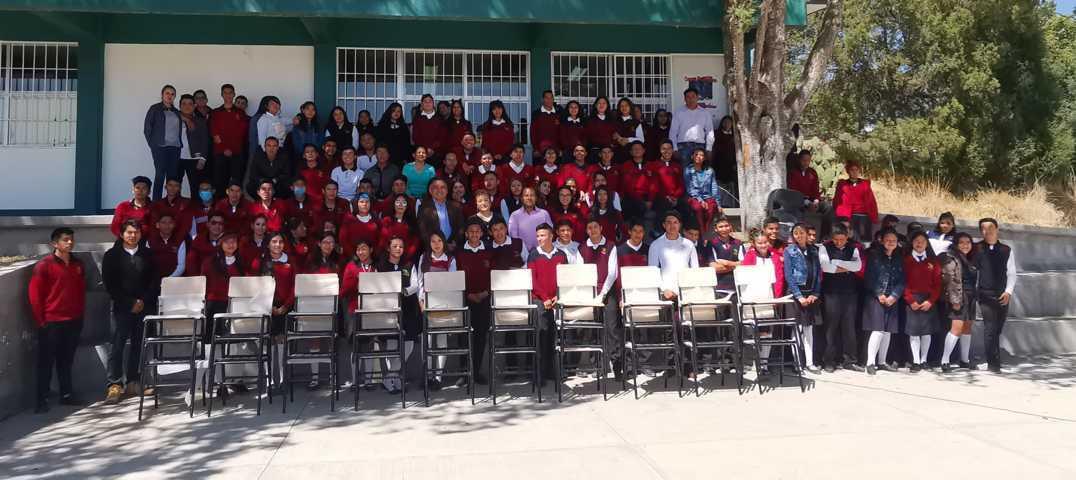 Entrega Alcalde de Tetla mobiliario a EMSAD # 16 de Chiautzingo