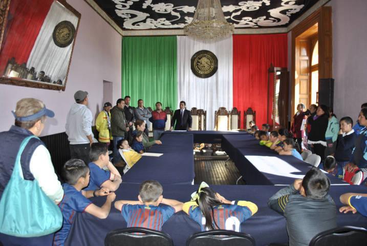 Alcalde fomenta el deporte apoyando, con el transporte a equipo de futbol infantil
