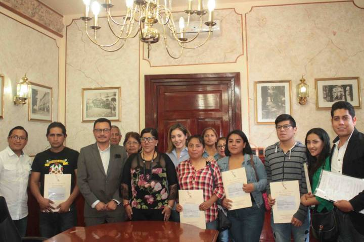 Entrega Anabell Ávalos escrituras del Programa a Bajo Costo