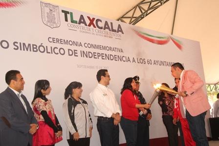 González Guarneros traslada Fuego Simbólico de la Independencia a Españita