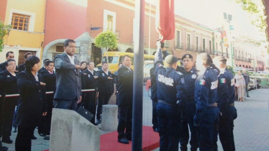 Alcalde de Españita encabezó izamiento de bandera en la capital