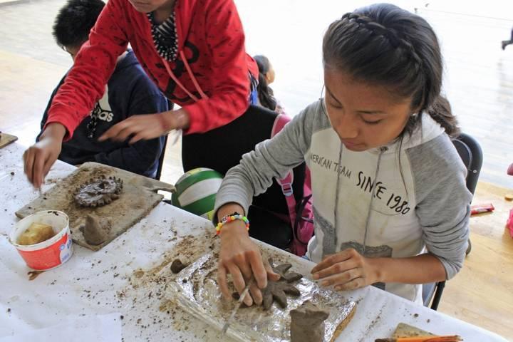 En estos cursos de verano los niños aprenden técnicas para hacer figuras de barro
