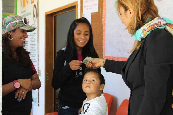 Con apoyos a escolares se da seguimiento a PDM en Papalotla