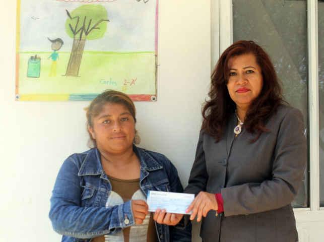 Dona alcalde de Papalotla salario para apoyar a escuela