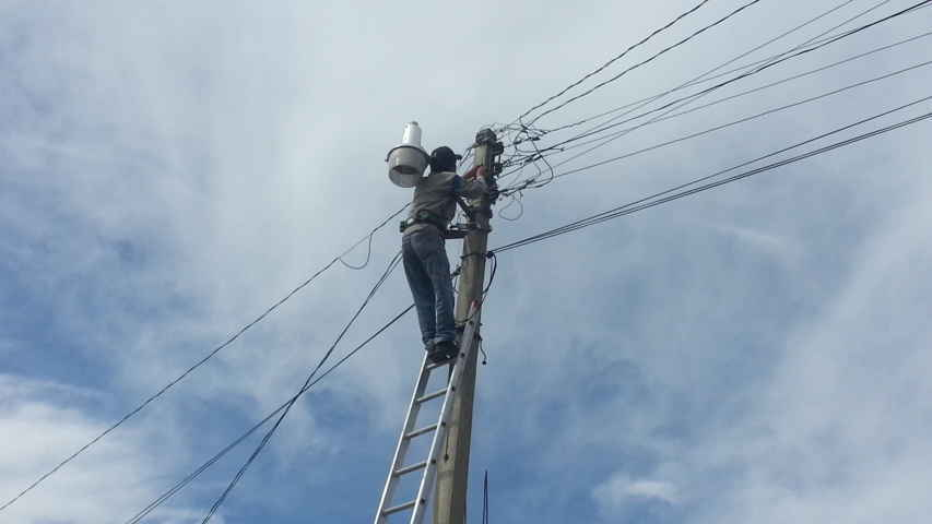 Atienden reportes de alumbrado público en Papalotla, rehabilitan 372 luminarias