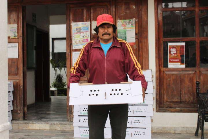 Apoyan economía de familias con paquetes de aves