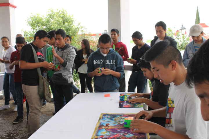 Gran participación de jóvenes en torneo de cubo Rubik