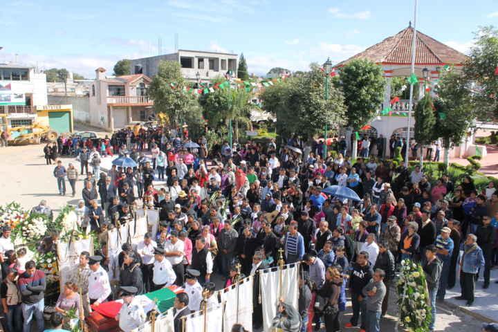 Montan guardia de honor a Ubaldo Lander en Papalotla
