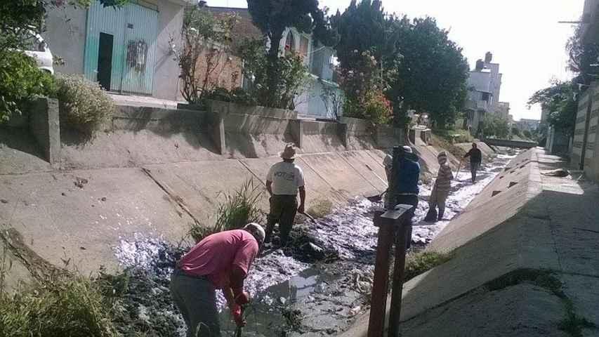 Desazolvan canales de riego de Tepetitla con empleo temporal