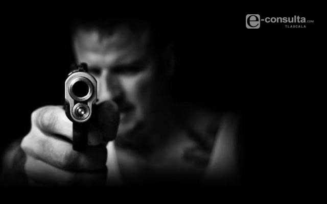 A punta de pistola lo bajan de su vehículo