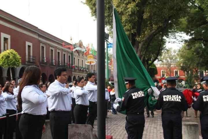 Asiste Ayuntamiento de Totolac a ceremonia de izamiento de bandera