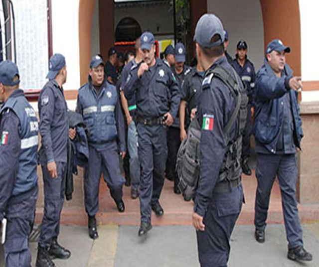 Policías de Tlaxco se manifiestan para exigir pago de sueldos