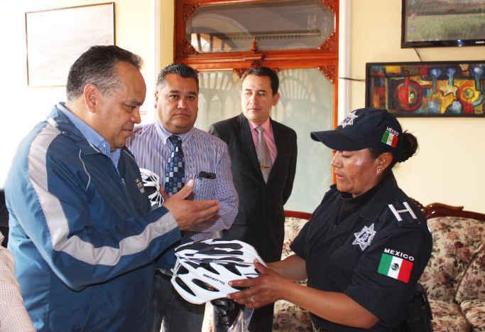 Entrega AAL cascos a escuadrón ciclista de protección y vialidad