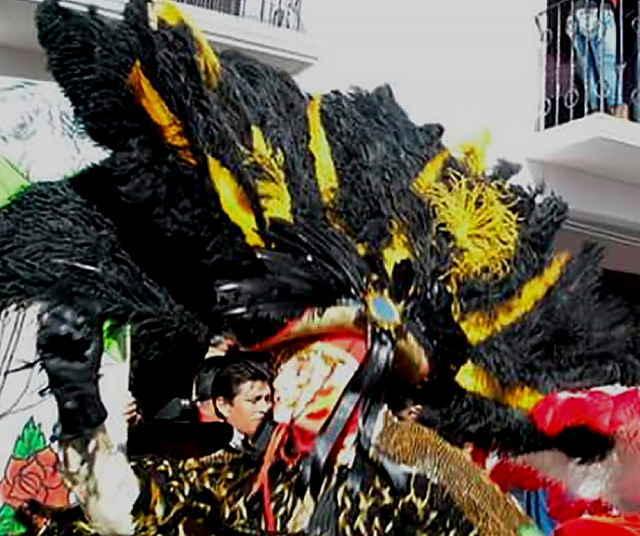 Tlaxcalteca viene desde Japón vestido de charro de carnaval