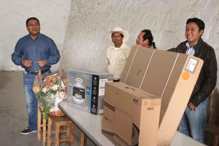Celis Galicia entrega equipo de cómputo a comisaría ejidal
