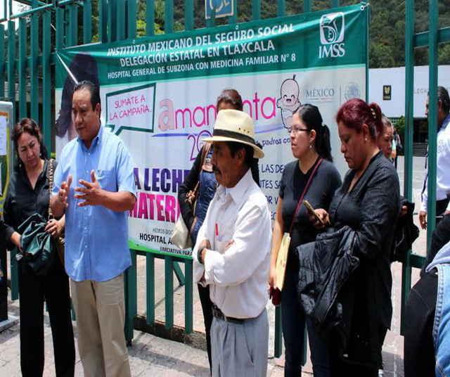 Se manifiestan trabajadores frente a instalaciones de clínica 8 del IMSS