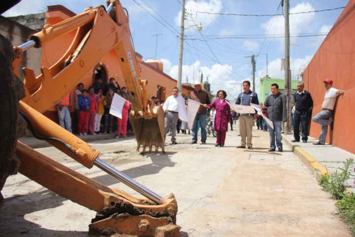 Dan banderazo a construcción de calle en San Felipe Sultepec
