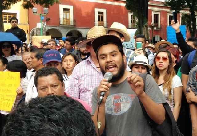 """""""No maten a mis maestros"""" exige alumna a Peña Nieto"""
