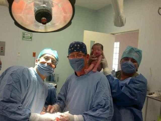 Médicos presumen selfie con recién nacido en hospital de Calpulalpan
