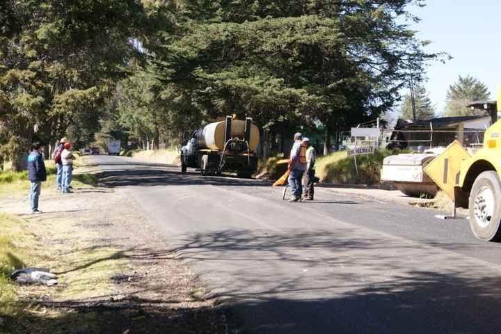 Reanudan rehabilitación de tramo carretero en Nanacamilpa