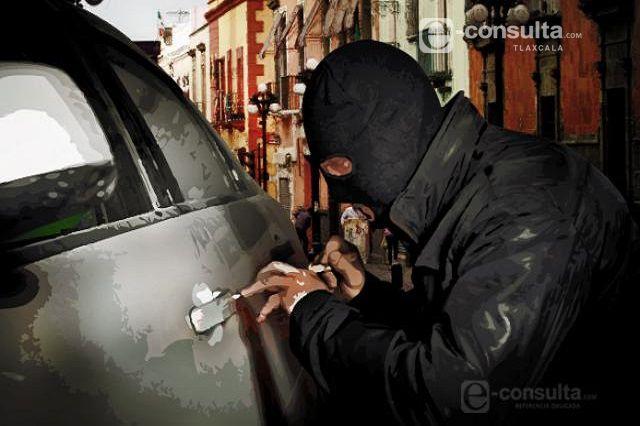 Se roban auto de estacionamiento de una universidad