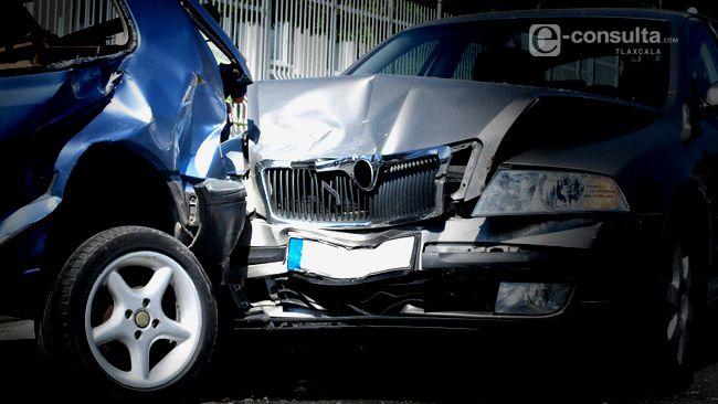 Conductor de automóvil pierde el control y vuelca su unidad