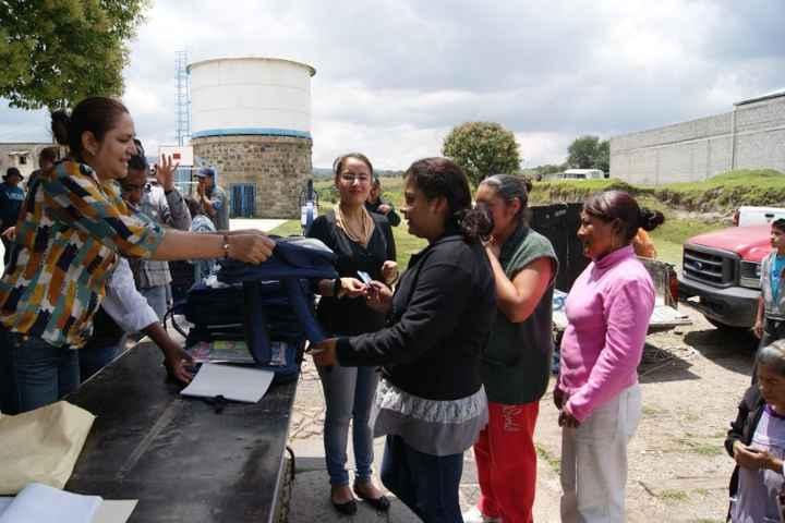 Lilia Olvera entregó 2 500 dotaciones de útiles escolares a estudiantes de Nanacamilpa