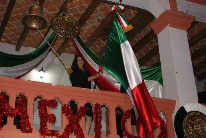 Lilia Caritina Olvera da grito de Independencia en Nanacamilpa